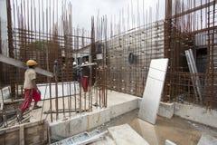 Nicht identifizierte Arbeitskräfte werden in der obenliegenden Metro des Baus in Bangalore beschäftigt Lizenzfreies Stockbild