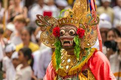 Nicht identifizierte Balineseleute, die in den traditionellen Masken während Galungan-Feier in Bali durchführen stockfotografie
