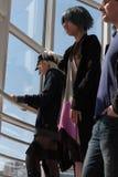 Nicht identifizierte Besucher, die auf der Treppe bei Animefest stehen stockbilder