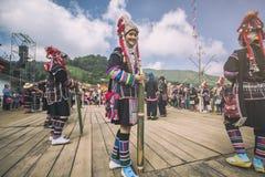 Nicht identifizierte einheimische Bergvolkfrau Akha in der traditionellen Kleidung Asiatische ethnische Stammes- Gruppe Populäres lizenzfreies stockbild