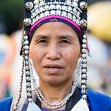 Nicht identifizierte einheimische Bergvolkfrau Akha in der traditionellen Kleidung verkauft Andenken, Thailand Lizenzfreie Stockfotos
