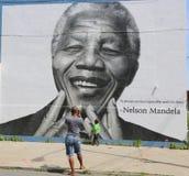 Nicht identifizierte Familie gemachtes Foto in der Front von Nelson Mandela-Wandgemälde in Williamsburg-Abschnitt in Brooklyn lizenzfreie stockfotografie