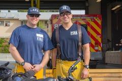Nicht identifizierte Feuerwehrmänner vor der Abteilung in der 30. Stockbild