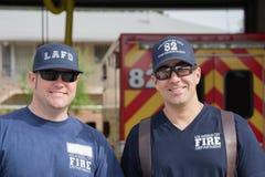 Nicht identifizierte Feuerwehrmänner vor der Abteilung in der 30. Lizenzfreies Stockbild