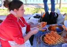 Nicht identifizierte Frau, die Hühnerkebabs vorbereitet Lizenzfreie Stockbilder