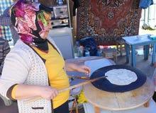 Nicht identifizierte Frau, die kürzlich gemachte Tortilla kocht Lizenzfreie Stockfotos
