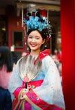 Nicht identifizierte Frau mit chinesischem Trachtenkleid Lizenzfreie Stockfotografie