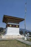 Nicht identifizierte Gebete, die religiöse weiße Flagge an Dochula-Durchlauf Chorten, Bhutan anbieten Stockbild