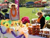 Nicht identifizierte hübsche Frauen mit dem Hut, der Orangenmarmelade und Blumen am orange Blüten-Karneval verkauft Stockbild