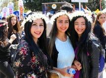 Nicht identifizierte hübsche Mädchen, die am orange Blüten-Karneval aufwerfen Lizenzfreies Stockfoto