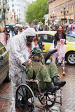 Nicht identifizierte hergerichtete Teilnehmer an der Zombie-Parade Lizenzfreie Stockbilder