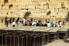Nicht identifizierte Juden wenden Bar Mizwa-Zeremonie nahe Klagemauer auf Stockfoto