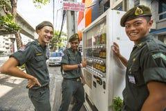 Nicht identifizierte junge thailändische Soldaten, die für die Kamera auf einer Straße im Stadtzentrum aufwerfen Stockfotografie