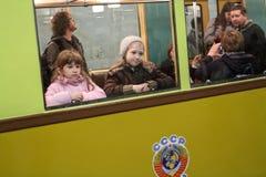Nicht identifizierte Kinder schauen heraus das Fenster Stockbilder