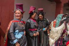 Nicht identifizierte Ladakhi-Frauen, die ethnische traditionelle Kostüme in Ladakh, Indien tragen stockbild
