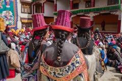 Nicht identifizierte Ladakhi-Frauen, die ethnische traditionelle Kostüme in Ladakh tragen stockbilder