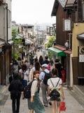 Nicht identifizierte Leute besichtigen Kiyomizu-Bereich Stockfotografie