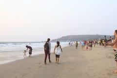 Nicht identifizierte Leute, die auf dem Arambol-Strand sich entspannen Lizenzfreie Stockbilder
