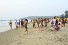 Nicht identifizierte Leute, die auf dem Arambol-Strand sich entspannen Lizenzfreie Stockfotografie