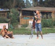 Nicht identifizierte Leute, die auf dem Arambol-Strand sich entspannen Stockfotos