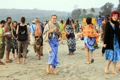 Nicht identifizierte Leute, die auf dem Arambol-Strand sich entspannen Lizenzfreie Stockfotos