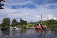 Nicht identifizierte Leute, die hinunter den Fluss beim Kaljakellunta ( zeichnen; Bier Floating) Festival stockfotografie