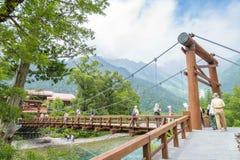 Nicht identifizierte Leute entspannen sich bei Kamikochi in Nagano Japan am 12. Juli 2016 Lizenzfreies Stockbild