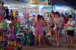 Nicht identifizierte Leute kaufen auf Straße Stockbild