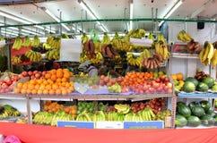 Nicht identifizierte Leute kaufen an einem Lebensmittelgeschäft in wenigem Indien, singen Stockbilder
