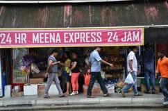 Nicht identifizierte Leute kaufen an einem Lebensmittelgeschäft in wenigem Indien, singen Lizenzfreies Stockfoto