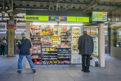 Nicht identifizierte Leute kaufen am Kiosk an JR. Tokyo-Bahnstation Lizenzfreie Stockfotos
