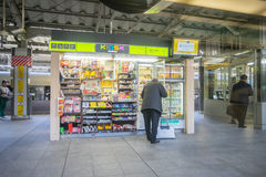 Nicht identifizierte Leute kaufen am Kiosk an JR. Tokyo-Bahnstation Stockbilder