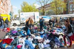 Nicht identifizierte Leute kaufen Kleidung in einem Verkauf auf täglicher Flohmarkt, Waterlooplein, die Niederlande Lizenzfreies Stockbild