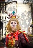 Nicht identifizierte Leute kleiden oben wie Affe-König an Stockbild