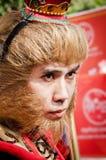 Nicht identifizierte Leute kleiden oben wie Affe-König an Stockfotos