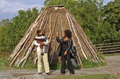 Nicht identifizierte Leute nähern sich alter Hütte in Skansen, Stockholm, Schweden Lizenzfreies Stockbild