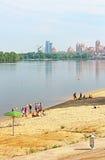 Nicht identifizierte Leute stehen auf dem Strand von Dnipr-Fluss in Obolon-Bezirk still Stockfotos
