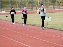 Nicht identifizierte Mädchen an den 20.000 Metern Rennenweg Stockbild
