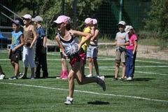 Nicht identifizierte Mädchenlack-läufer mit Kugel Stockfoto