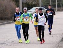 Nicht identifizierte Männer an den 20.000 Metern Rennenweg Lizenzfreies Stockfoto
