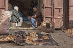 Nicht identifizierte Männer, die in der Straße von Meknes, Marokko sitzen Meknes ist eins der vier Imper Lizenzfreie Stockbilder