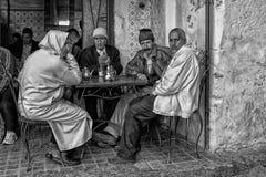 Nicht identifizierte Männer, die in einer Stange in der Straße von Meknes, Marokko sitzen Meknes ist eins der vier Imper Lizenzfreie Stockbilder