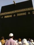 Nicht identifizierte moslemische Pilgerer nähern sich dem Kaabah Stockbilder