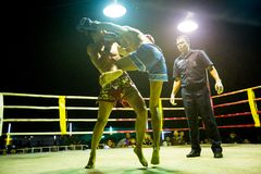 Nicht identifizierte Muaythai-Kämpfer im Ring während des Matches, am 22. Februar 2013 auf Chang Stockbild