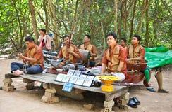Nicht identifizierte Musiker, Opfer von anti-persönlichen Bergwerken, führen durch Stockfotos