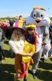 Nicht identifizierte Mutter und Tochter, die am orange Blüten-Karneval aufwirft Lizenzfreie Stockfotografie