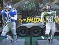 Nicht identifizierte New York Giants und New York Jets lockern gemachtes Foto mit Teamuniformen auf Broadway während der Woche des Stockbild
