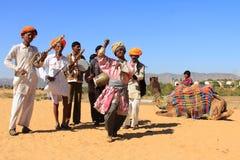 Nicht identifizierte Nomaden spielen ravanahatha und tanzen in die Wüsten am 5. Februar 2015 in Pushkar, Indien stockfotografie