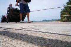 Nicht identifizierte Passagiere, die mit Gepäck am Pier, unfocused Schuss ausschiffen lizenzfreies stockbild