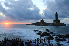 Nicht identifizierte Pilger passen Sonnenaufgang bei Triveni Sangam, Kanyakumari, Indien auf Lizenzfreies Stockfoto
